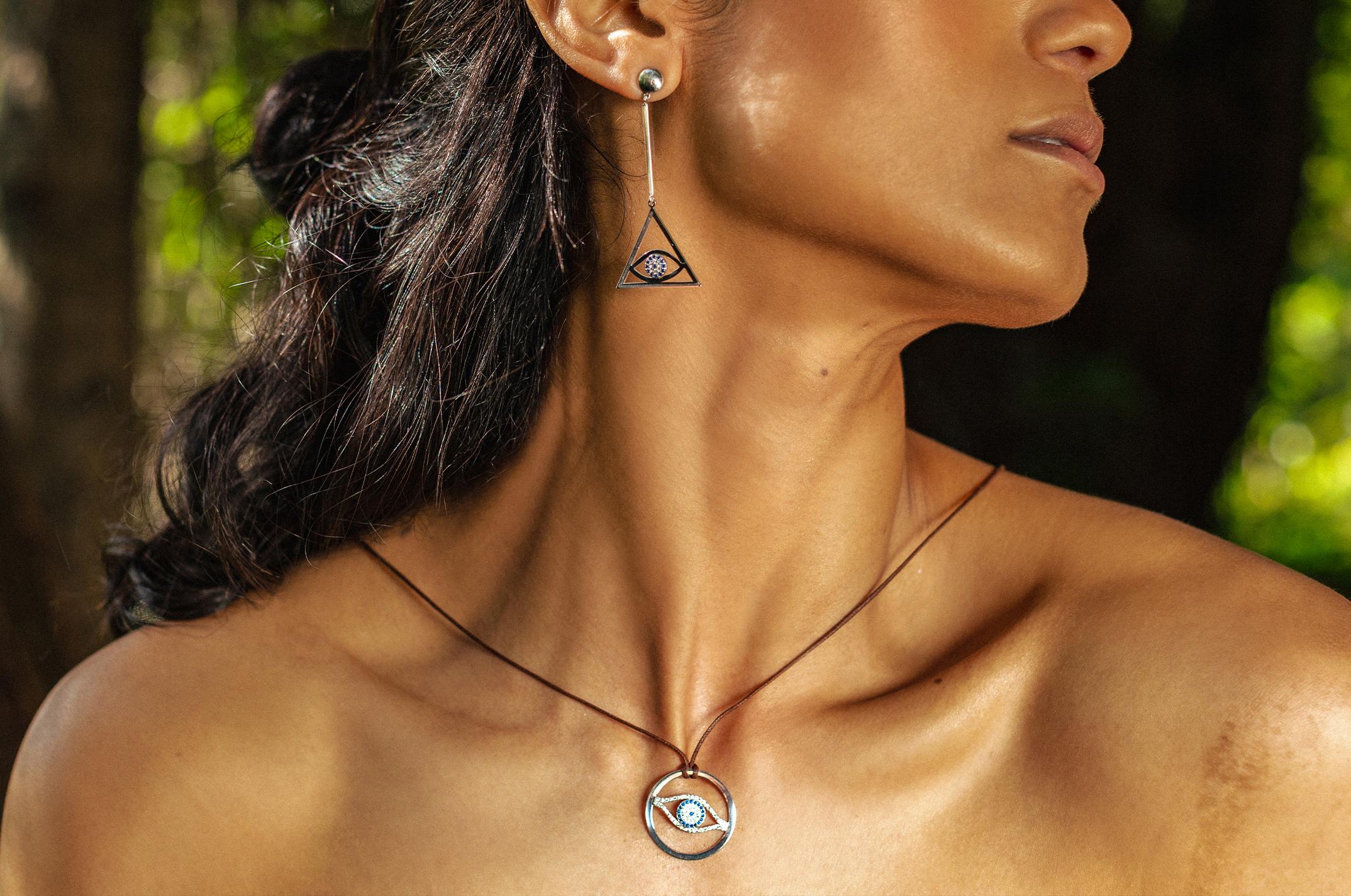 Joia: colar;Material: prata 925 e algodão;Pedras: zirconias;Cor: branco;Medida (Fio): ajustável;Medida (Pendente): 2.5 cm;Género: mulher